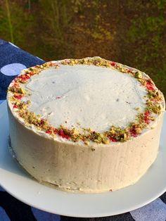 Mrkvový dort bez lepku, mléka a vajíček – vegan | Bez lepku Latte, Cheesecake, Pudding, Desserts, Food, Coffee Milk, Tailgate Desserts, Meal, Cheese Cakes