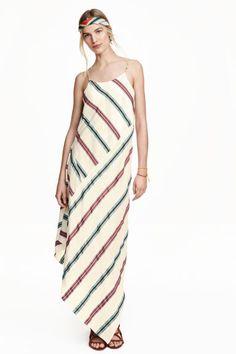 Шелковое платье: STUDIO COLLECTION/PREMIUM QUALITY. Длинное платье из легкой ткани из шелка тутового шелкопряда. У платья треугольный вырез спереди и узкие регулируемые бретели. Асимметричный подол. Без подкладки.