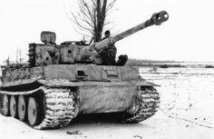 Panzerkampfwagen VI Tiger (8,8 cm L/56) Ausf. E (Sd.Kfz. 181) | Un Tiger Ausführung E de milieu de production : les galets de route sont encore caoutchoutés mais le tourelleau du chef de char est déjà du nouveau modèle. Courtesy of did.panzer.pagesperso-orange.fr/PVI-1.html
