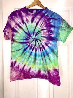 Customized T Shirt Tie Die Shirts, Diy Tie Dye Shirts, Diy Shirt, Dye T Shirt, How To Tie Dye, How To Dye Fabric, Diy Tie Dye Designs, Tie Dye Fashion, Diy Fashion