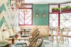 Il ristorante progettato da Masquespacio a Valencia fonde il lato eclettico dell'Andalusia con la sofisticazione della sua artigianalità e presenta colori e pattern vivaci.