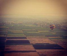 Met de luchtballon over de vallei der Koningen in Luxor Egypte. #luchtballon #egypt #egypte #luxor #valleyofkings #balloon #ancientegypt #intheair #travelwithkids #travelgram #travelpics #globetrotter #wanderlust #withcanonyoucan #canon #canonphoto #egyptian #instatravel #instapassport #balloons #balloonride #sunset