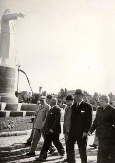"""Gheorghe Gheorghiu –Dej, Petru Groza, Vasile Luca, Ana Pauker, C.I.Parhon, Chişinevselu Iosif îndreptându-se spre parcul de cultură şi odihnă """"I.V. Stalin"""", cu prilejul inaugurării acestuia. (1.05.1951)."""