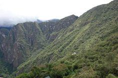 Landscape in Machu Picchu. Inkarailin reitin erottaa juuri ja juuri oikealla rinteessä. Sungate näkyy myös.