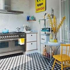 cozinha industrial com chão de mosaico hidraulico, apontamentos amarelos.   (Daniella Witte)