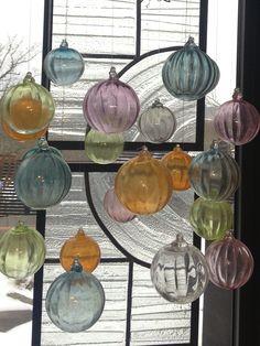 Glaskulor och blyinfattat fönster i min butik.
