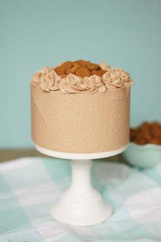 Deze pepernotentaart (officieel kruidnotentaart) is een echte wintertaart. Bak h'm nu de kruidnoten nog goed verkrijgbaar zijn of verwerk er..