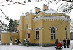 Portail d'entrée du Parc Alexandria et sa Guérite Gothique - Peterhof - Construits en 1827 par Adam Menelaws et restructuré partiellement en 1839 par Joseph-Jean Charlemagne.