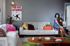 Sala simples e cinza com cor na decor