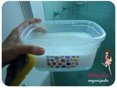 Em um balde coloque: – 1 colher de sabão em pó – 2 colheres de bicarbonato – 1 colher de álcool – 1 xícara de vinagre – 1 xícara de água morna