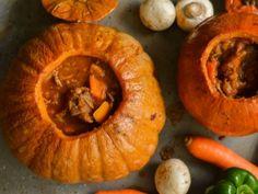 Από τις πιο ωραίες συνταγές που μπορείτε να φτιάξετε! Τι θα χρειαστούμε: 1 μεγάλη στρογγυλή κολοκύθα 1 κιλό μοσχάρι,από σπαλομίτα,κομμένο σε κύβους 5x5εκ. Pumpkin, Fruit, Vegetables, Cooking, Salad Dressings, Food, Ideas, Kitchen, Pumpkins