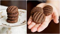 Koka sušenky 220 g másla 100 g moučkového cukru 1 vanilkový cukr 2 žloutky 2-3 lžíce holandského kakaa 100 g strouhaného kokosu 240 g hladké mouky kuličky rozplácneme vidličkou pro vykrajování přisypat cca 100g mouky