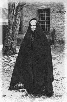 Wanneer een familielid in de eerste graad van bloedverwantschap was overleden, droegen de vrouwen uit die familie op de dag van de begrafenis en de eerste 6 weken daarna, de falie. In de middeleeuwen verstond men onder een falie een mantel die de vrouwen omsloegen, een soort regenmantel ook wel huik genoemd. De falie was een zwart zijden of wollen stuk stof van circa 3 bij 1 m en aan de korte zijden vaak franjes. De stof werd dubbelgeslagen over het hoofd en met een speld op de ondermuts of…