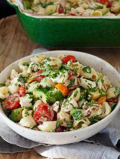 Her er oppskriften på en deilig pastasalat ed kylling, bacon og avokado med en deilig rømmedressing. Perfekt for varme dager!