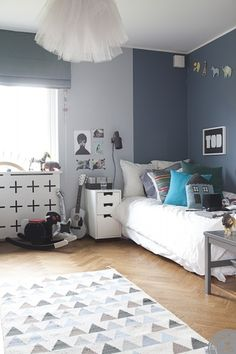Fantastic grey and white kids room. Love the rug.