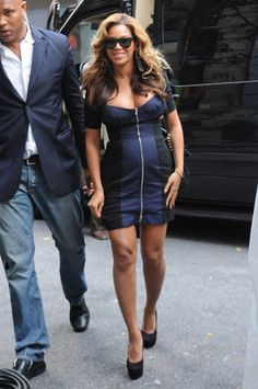 beyonce pregnant blue zip up dress by Carven. so sexy! shes great at emphasizing her waist and assets. Pregnancy Costumes, Pregnancy Outfits, Maternity Wear, Maternity Fashion, Beyonce Pregnant, Baby Bump Style, Beyonce Style, Pregnancy Looks, Beyonce Knowles