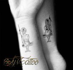 tatouage pour 2 sœurs, 2 fillettes qui partagent une balançoire, par Lys Tattoo à Gradignan, proche de Bordeaux et Mérignac. Des tatouages fins et délicats, tout en féminité.