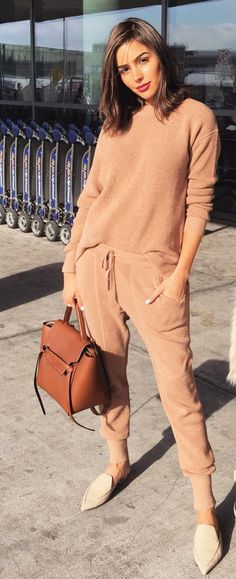 Who made Olivia Culpo's brown handbag, tan pants, sweater, and handbag? Who made Olivia Culpo's brow Fashion Mode, Look Fashion, Trendy Fashion, Womens Fashion, Fashion Design, Fashion Spring, Trendy Style, Boho Style, Fashion 2018