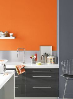 Pared en color naranja en la cocina
