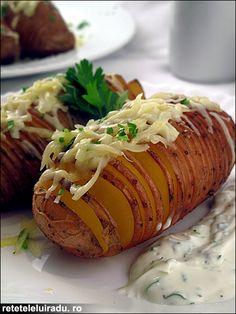 """Preparatul isi trage denumirea de la numele restaurantului suedez (Hasselbackens) unde, in Stockholm, in secolul al XVIII/lea au fost gatiti pentru prima data. Acesti """"cartofi acordeon"""" sunt spectaculosi, gustosi si foarte versatili, putand fi asociati cu o sumedenie de alte ingrediente."""