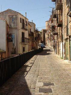 siciliainvasa #liberiamolacultura #invasionidigitali #invadopollina con @neroneradesign e @FareProvinciaPo foto di Veronica Giambelluca