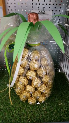 The golden pineapple. Just stick a bottle of Asti with Rocher, put it nicely Christmas Bulbs, Christmas Gifts, Gift Packaging, Creative Gifts, Diy Tutorial, Pineapple, Diy And Crafts, Table Decorations, Bottle