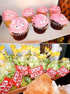 me encanta este detalle para una fiesta infantil de Bob Esponja con estos cupcakes decorados como ostras. #FiestaBobEsponja
