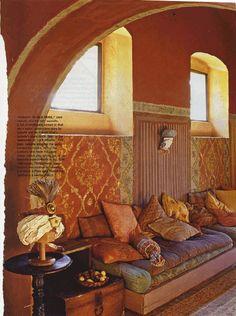 Este salón estiló oriental es precioso. Me gusta mucho el sillón con base de palles y muchos cojines en sedas de colores. Me imagino quienes un perfecto lugar para el descanso.