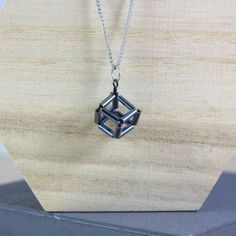 This Geometric Cube Necklace DIY uses bugle beads and wire to make a minimal beaded design. Learn how to weave bugle beads into a cube. Beaded Necklace Patterns, Beaded Jewelry, Beading Patterns, Wire Jewelry, Jewellery, Diy Necklace, Bead Earrings, Necklaces, Beaded Boxes