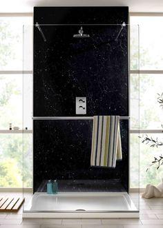 Der Vorteil, wenn Sie eine Badewanne durch Dusche ersetzen möchten, liegt darin, dass Ihr Badezimmer dabei an Bodenfläche und Funktionalität gewinnen kann. Badewanne, Badezimmer, Kleiner Duschraum, Schwarze Fliesen, Metro Fliesen, Duschkabine, Gäste Wc, Landhausstil, Marmor