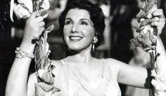 """Maiores Astros do Cinema Argentino Clássico Libertad Lamarque (1908 - 2000): Libertad iniciou sua carreira na década de 30 no filme Adeus, Argentina, de Mario Parpagnoli. Seu primeiro filme falado veio em 1933, com Tango!. Anunciada como a """"rainha do tango"""", se consagrou como uma atriz melodramática. Após uma briga com Eva Perón, na década de 40, foi forçada a exilar para o México, onde viveu até sua morte e trabalhou em mais de cinquenta filmes. A atriz também ficou conhecida por seus…"""