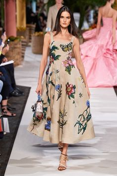 The complete Oscar de la Renta Spring 2020 Ready-to-Wear fashion show now on Vogue Runway. Fashion Moda, Look Fashion, Spring Fashion, Fashion Show, Womens Fashion, Fashion Design, Winter Fashion, Floral Fashion, Vogue Fashion