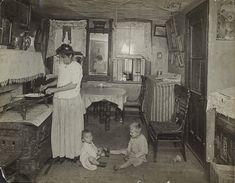 Tenement Families by Jessie Tarbox Beals, ca. Antique Photos, Vintage Pictures, Vintage Photographs, Old Pictures, Vintage Images, Photos Du, Old Photos, Nostalgia, Vintage Interiors
