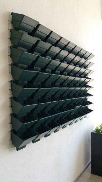 Wall Garden® Modüler Dikey Bahçe Sistemi; su tutma hazneli saksılar, duvar monte aparatları, paslanmaz duvar ızgarası ve montaj civatalarından oluşmaktadır. Uygulamacılara sadece toprak ve bitki temin ederek dikey bahçe yapma imkanı sunar.