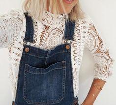 Blouse dentelle style victorien (très tendance) + salopette en jean = le look à copier >> http://www.taaora.fr/blog/post/comment-porter-top-dentelle-blanc-style-victorien