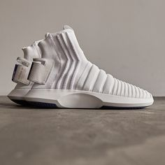 Enjoy The Sneakers You're In With These Tips. A lot of men and women absolutely love sneakers. This explains why the state of the economy factors so little in how well sneakers Sneakers Vans, Moda Sneakers, Sneakers Mode, Leather Sneakers, Sneakers Fashion, Sneakers Design, Men's Leather, Lacoste Sneakers, Sneakers Style