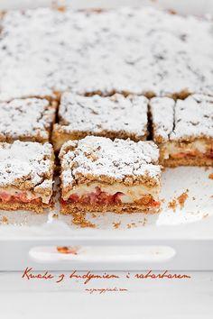 shortbread cake with vanilla creme and rhubarb Polish Desserts, Polish Recipes, No Bake Desserts, Polish Food, Raw Food Recipes, Cake Recipes, Cooking Recipes, Delicious Deserts, Yummy Food