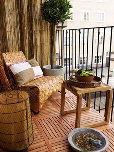 amenager un balcon, grand sofa en rotin, table en bois et sol en bois