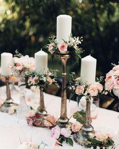 Os castiçais sempre deixam o casamento com clima de conto de fadas. Você pode usar e abusar dos tamanhos e fazer uma combinação com velas delicadas e muitas flores!