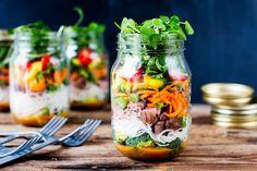 Thai Beef Noodle Salad Jar - way better than sandwiches for lunch! Mason Jar Lunch, Mason Jar Meals, Meals In A Jar, Mason Jars, Mason Jar Recipes, Salad In A Jar, Soup And Salad, Salad Bar, Thai Beef Noodle Salad