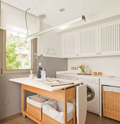 to board has chosen an oak basket with wicker baskets that can be moved from place to facilitate the work. Pantry Laundry Room, Small Laundry Rooms, Laundry Room Organization, Laundry Room Design, Indian Home Decor, Cuisines Design, Kitchen Decor, Sweet Home, House Design