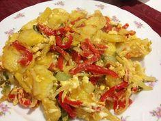 Revuelto de pimientos rojos,verdes, cebolla, patatas y huevos camperos.