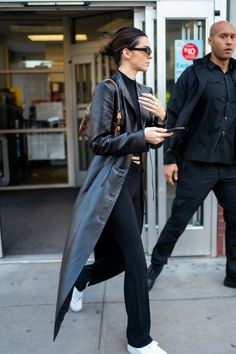 Kendall Jenner Outfits, Kylie Jenner, Black Trainers Outfit, Air Force 1 Outfit, Celebrity Outfits, Simple Outfits, Fashion Outfits, How To Wear, February 15
