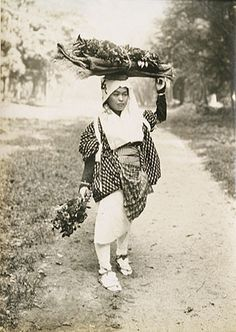 Kyoto country maiden with bundles. 1910's.  photographer Suizan Kurokawa