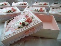 Linda caixa em mdf, pintada por dentro e por fora com trabalho em decapê, decorada em scrapbook.  Um caixa decorada e personalizada como lembrancinha de nascimento, batizado ou mesmo aniversário.  Elas estão decoradas em rosa salmão, branco com detalhes em dourado, mas fazemos nas cores de sua pr...