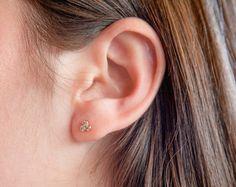 Winzige goldene Ohrstecker! Gold-Ohrring Ohrstecker, die perfekt zu jeder Zeit des Tages zu tragen sind, geben Sie ihnen die drei kleinen weißen