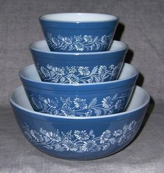 "Vintage Pyrex ""Colonial"" nesting/mixing bowls The set I got for a wedding gift were the first 3 bowls with the middle bowl being blue on white. I really could have used the big bowl on the bottom! Vintage Pyrex Dishes, Antique Dishes, Vintage Bowls, Vintage Kitchenware, Vintage Glassware, Corningware Vintage, Vintage Tins, Antique Glass, Vintage Stuff"
