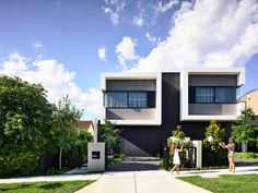Jamison Architects have designed Masuto, a contemporary duplex in Melbourne, Australia, that features open plan social areas and abundance of light. Duplex Design, Modern House Design, Architects Melbourne, Timber Cladding, Duplex House, Built In Bench, Beautiful Buildings, Open Plan, Architecture Design