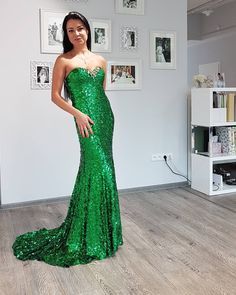 Ideal evening dress for Christmas party - green and shiny!🎄 #eveningdress #spolecenskesaty #SvatebniDumTeamo