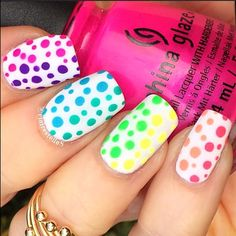 Love the semi-gradient effect in these polka dot nails by @clairestelle8.